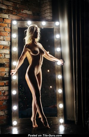 Хорошенькая голая красотка (hd интимная фотография)