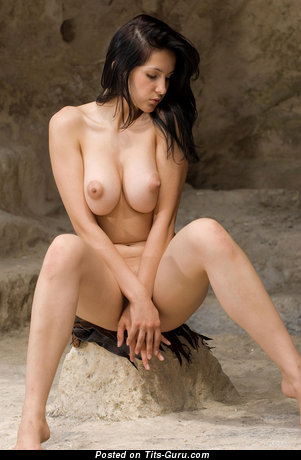 Изображение. Eski - фотография горячей обнажённой брюнетки с большой грудью, большими сосками
