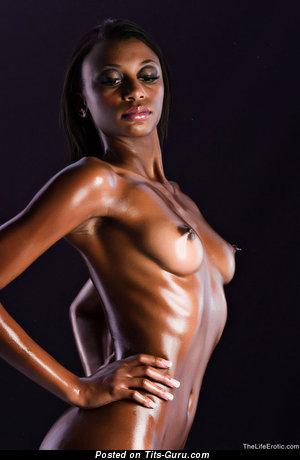 Фотография офигенной обнажённой леди с средней натуральной грудью
