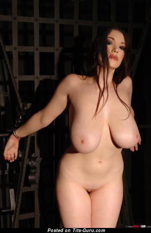 Anna Song - картинка горячей раздетой брюнетки с огромными натуральными дойками