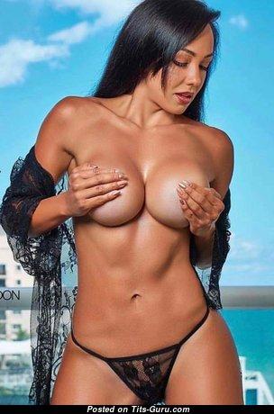 Топлесс красотка с обалденной обнажённой силиконовой среднего размера грудью (эротическое изображение)
