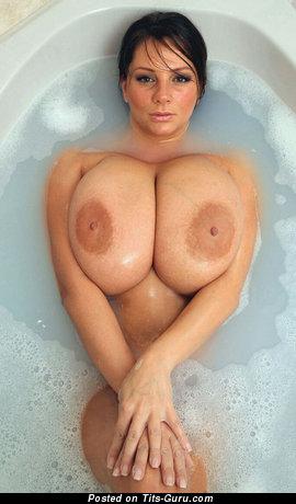 Фотка восхитительной раздетой брюнетки с гигантскими натуральными дойками
