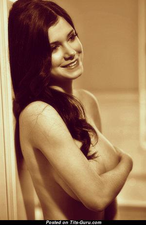 Tereza P.: гламурная, одетая и топлесс брюнетка красотка с офигенными натуральными среднего размера титями (порно фото)