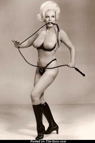 Фото офигенной раздетой девахи с натуральными сисечками ретро