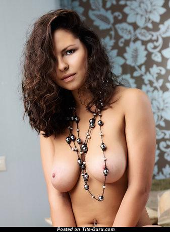 Изображение. Jaclyn - фото шикарной голой девахи с среднего размера натуральными сисечками