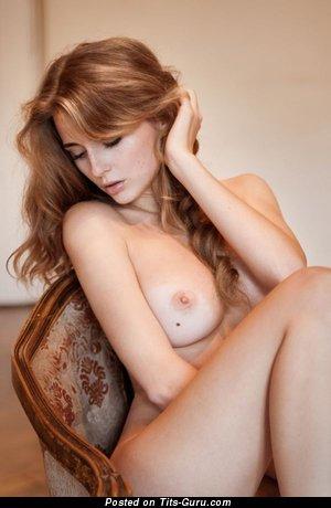 Изображение. сиськи фото: средние сиськи, натуральная грудь, рыжие, стул