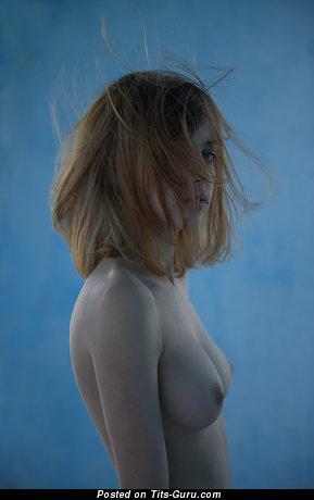 Фотка шикарной обнажённой леди с маленькой натуральной грудью