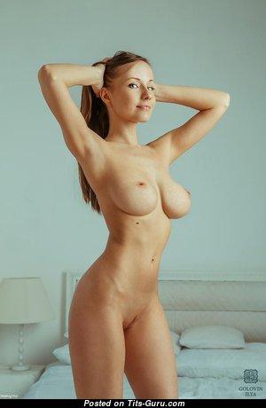 Красотка с эффектной обнажённой натуральной средней грудью (hd интимное фото)
