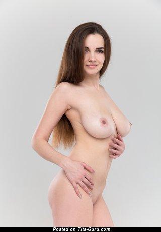 Maible - картинка красивой раздетой брюнетки с большими натуральными дойками, большими сосками
