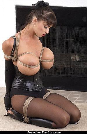 Изображение. Изображение шикарной раздетой женщины с гигантской силиконовой грудью