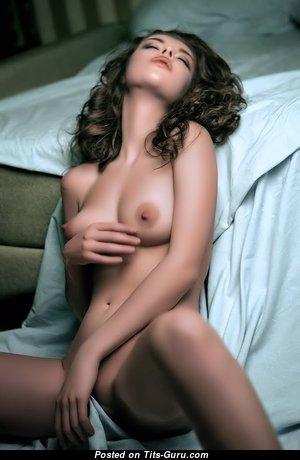 Красотка с крутым оголённым натуральным среднего размера бюстом (порно фотография)
